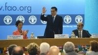 Chinese premier Li Keqiang greets the audience ahead of his FAO pledge